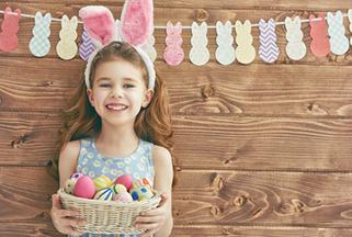 petite fille avec œufs de Pâques