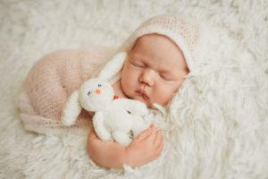 bébé qui dort avec un doudou